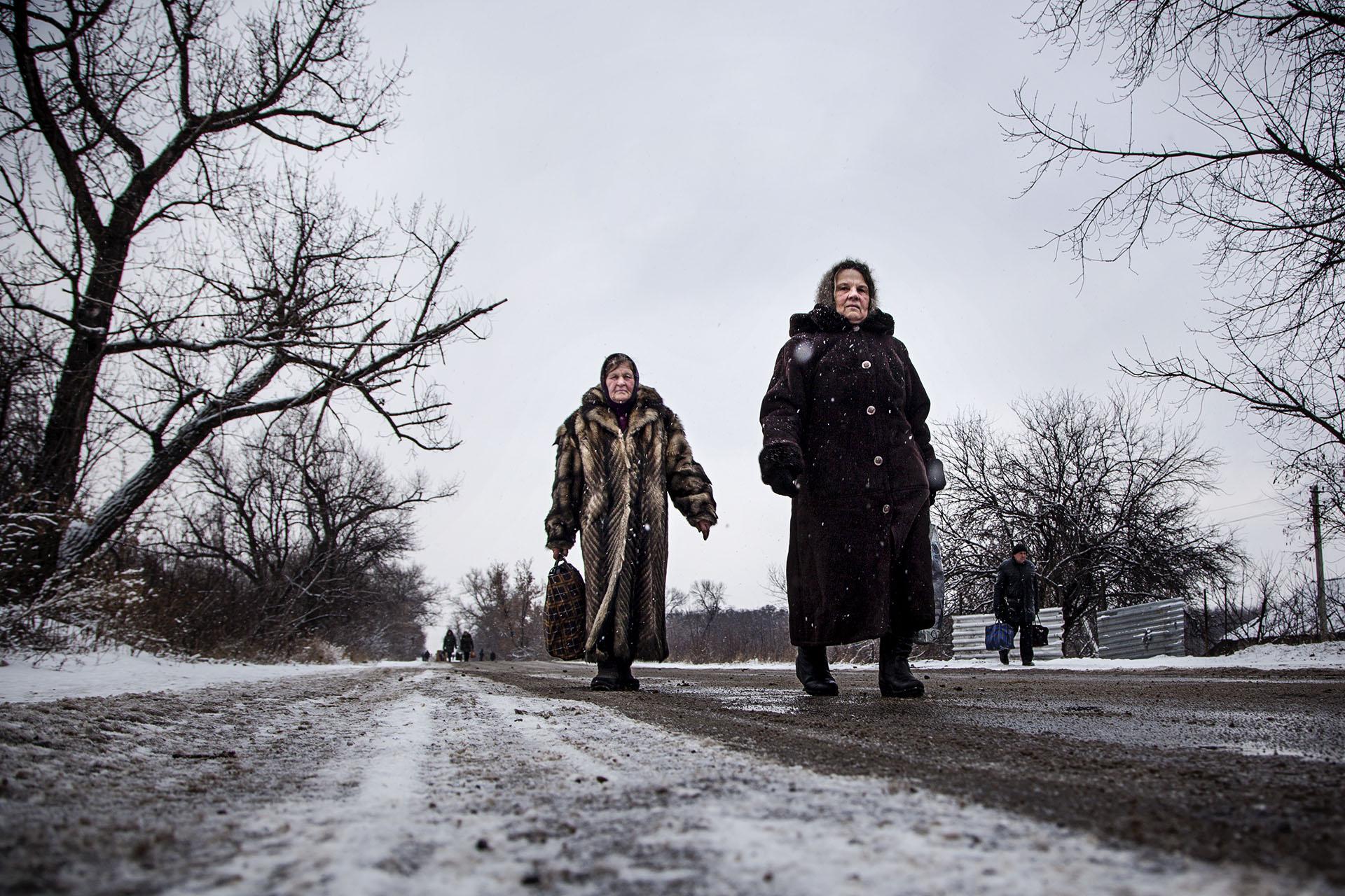 """Corredor """"humanitario"""" entre territorio ucraniano y de la RPD. Más de 5 horas andando a -15ºC y largas colas en ambos lados."""
