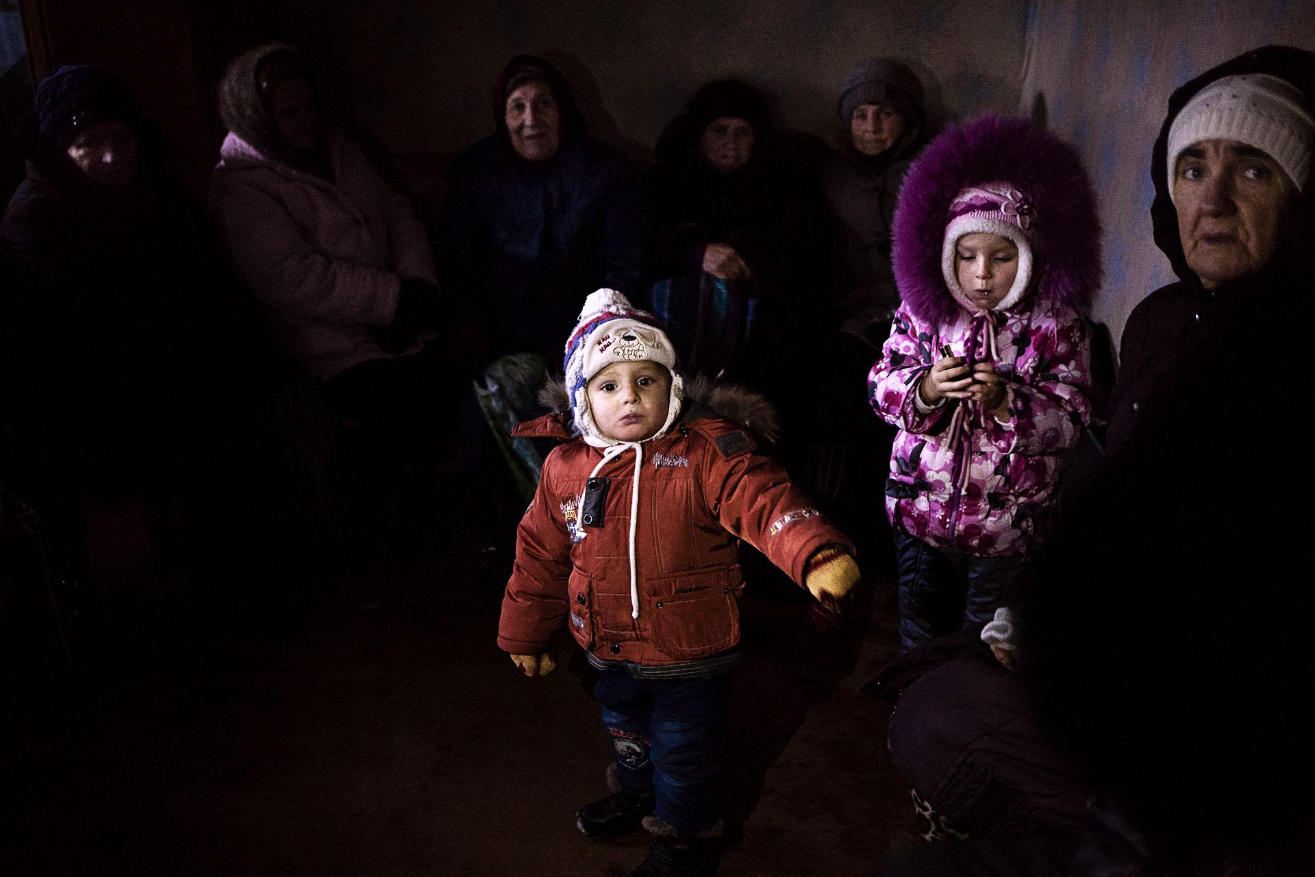 Interior de una casa en Zaitsevo, en la zona gris. La poca gente que no puede escapar malvive en condiciones muy duras. La mayoría son ancianos y niños.