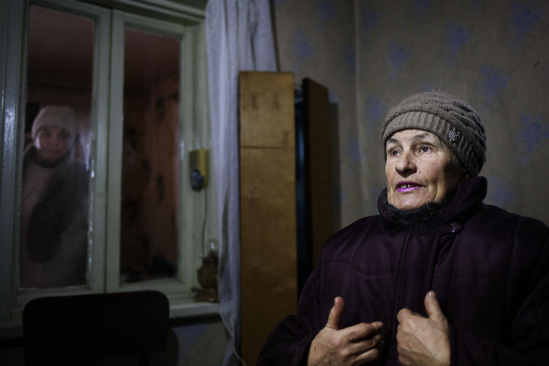 Una mujer explica las durísimas condiciones de vida que soportan al vivir en la línea de frente. Además del peligro, no hay donde comprar comida, ni agua corriente ni electricidad, ni sanidad...