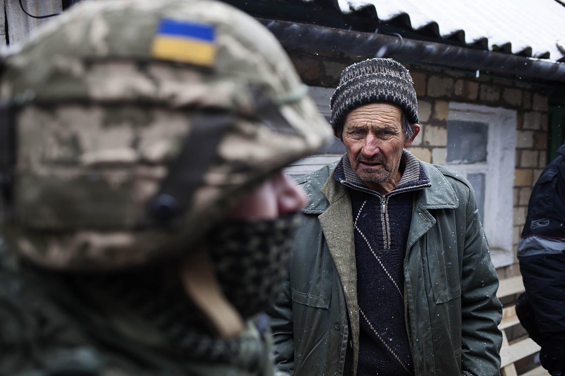Un civil antes un soldado ucraniano en el pueblo de Zaitsevo.