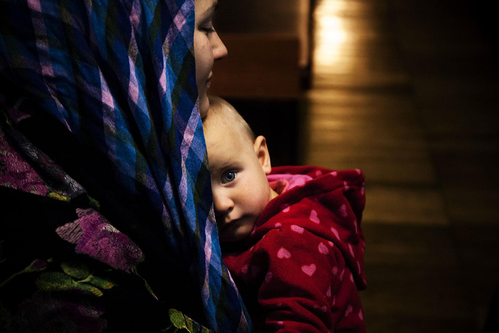 Alyona y su hija María, nacida en un Monasterio reconvertido en refugio para desplazados para la guerra.