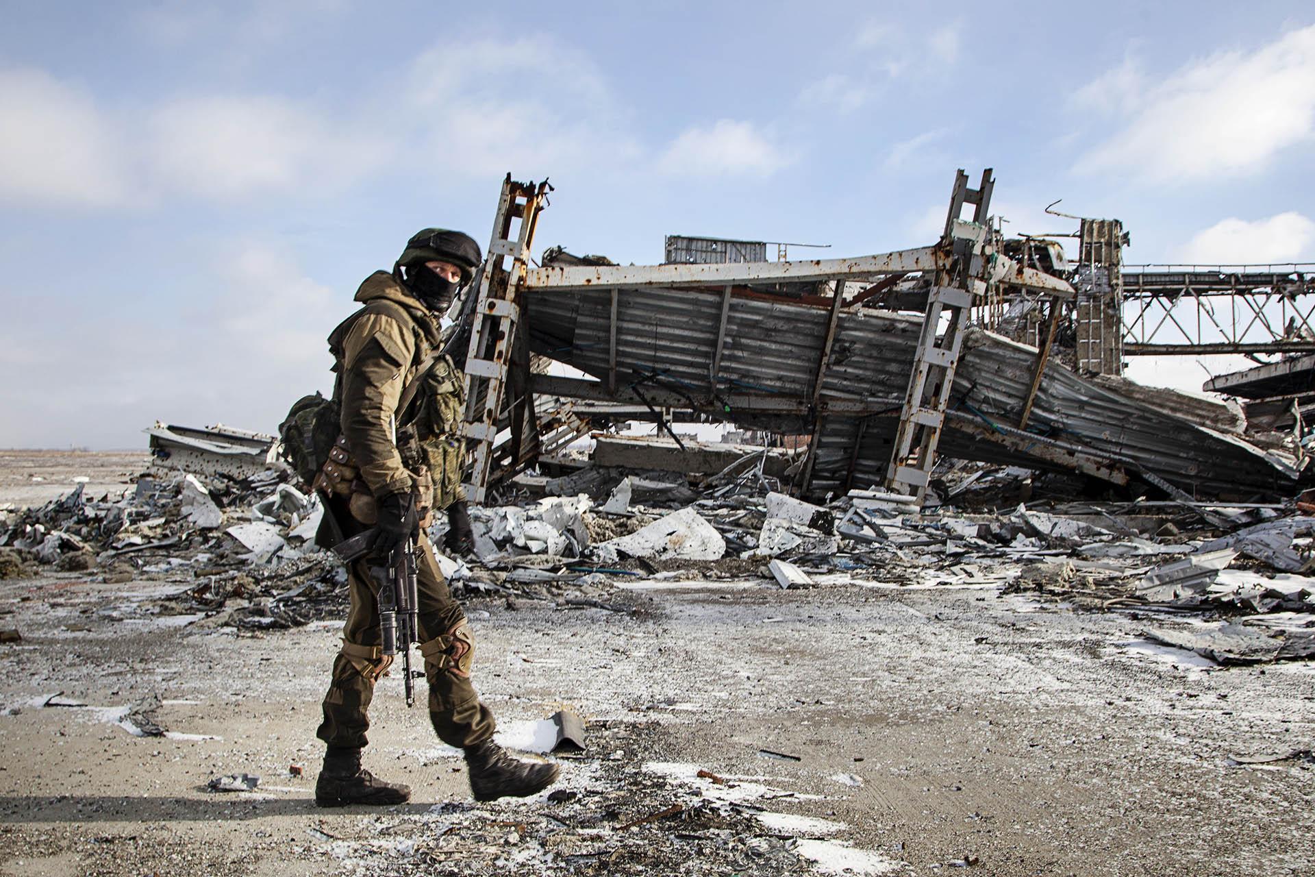 Soldado del batallón Sparta en la pista del aeropuerto.