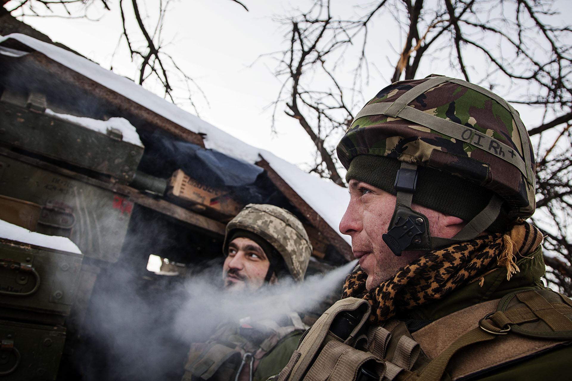Soldados ucranianos en la línea de frente, a escasos 200 metros de las líneas rebeldes.