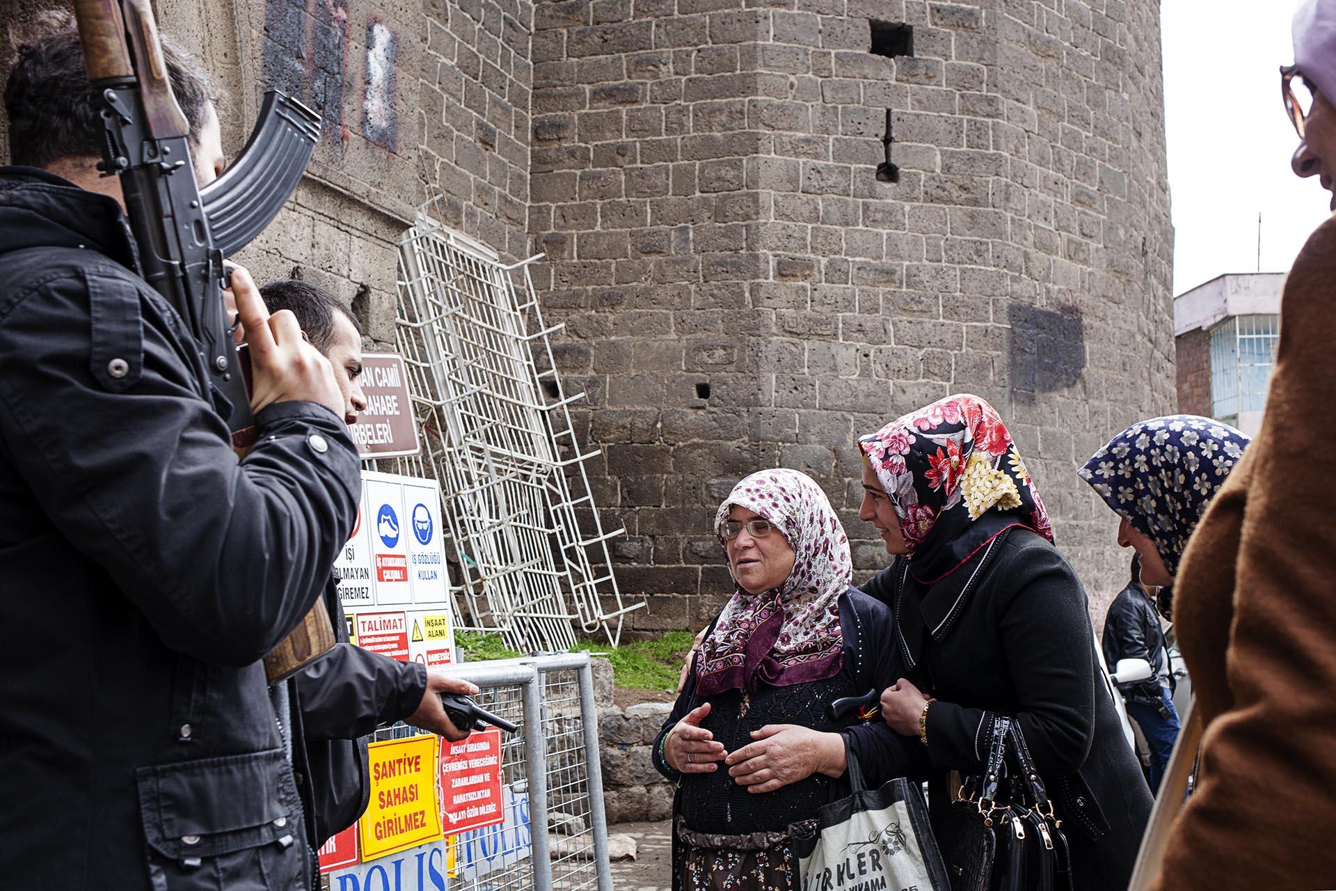 Una mujer intenta acceder al cementerio Sur de Diyarbakir.