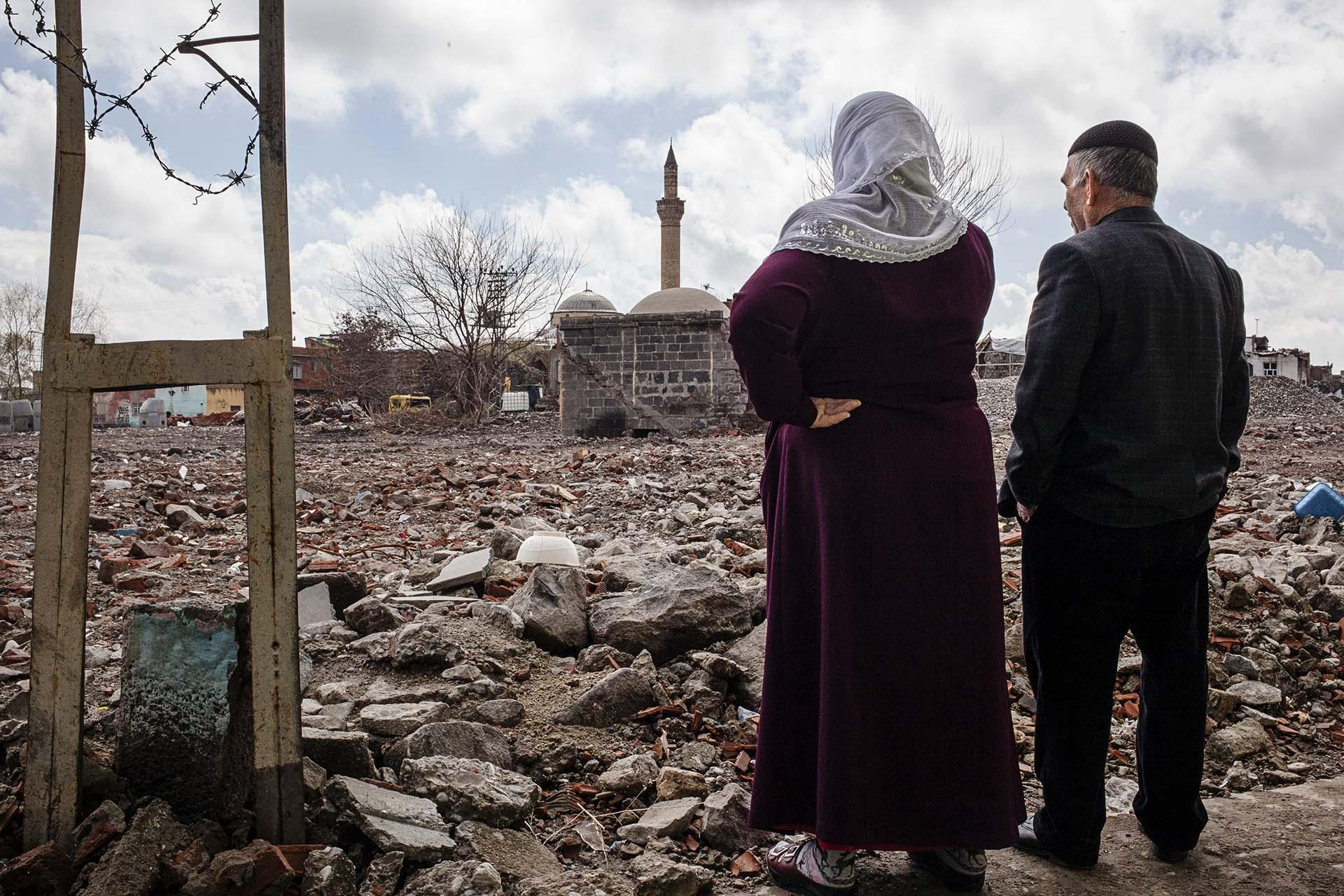Un matrimonio observa lo que queda del barrio de Sur, en Diyarbakir, donde residían hasta que fue bombardeado por el ejército turco.
