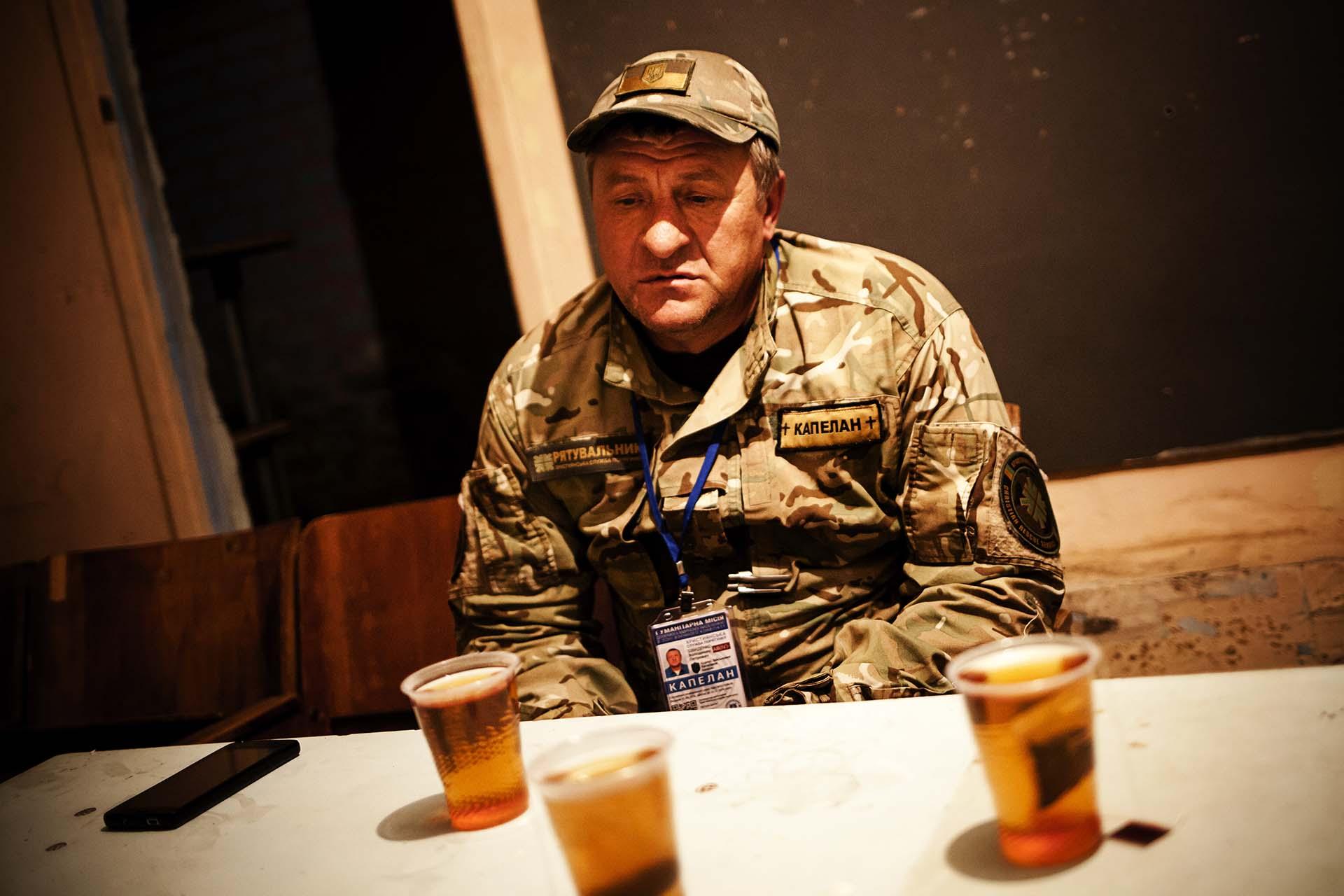 Soldado ucraniano que atiende a civiles que lo han perdido todo por la guerra. El sótano donde trabaja no es mas que una habitación de unos 30m. cuadrados.
